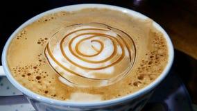 Tasse de café sur un fond en bois dans la nuit Image libre de droits