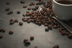 Tasse de café sur un fond gris de roche Photos stock