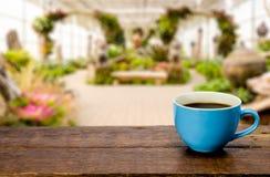 Tasse de café sur un vieil en bois Photo libre de droits