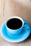 Tasse de café sur un vieux style de vintage de table en bois Images libres de droits