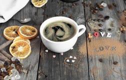 Tasse de café sur une surface en bois grise Photos stock