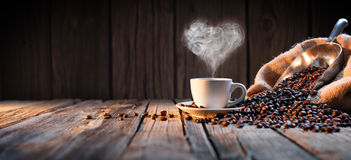 Tasse de café traditionnelle avec la vapeur en forme de coeur Images libres de droits