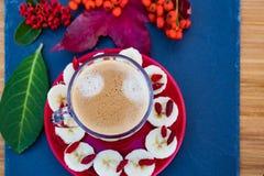 Tasse de café transparente avec la mousse photo stock