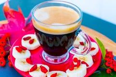 Tasse de café transparente avec la mousse photos libres de droits