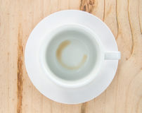 Tasse de café vide après boisson sur le bois Photographie stock