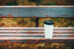 Tasse de café vide sur un banc Images stock