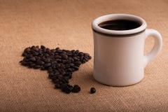 tasse-de-caf-avec-des-haricots-dans-la-forme-de-l-amrique-du-sud-sur-la-toile-de-jute-50460986.jpg