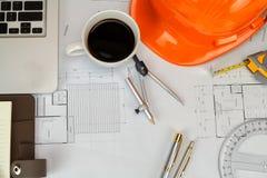 Tasse de caf? avec l'outil de mesure et le mod?le, concept architectural photo libre de droits