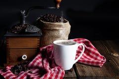 Tasse de café avec la broyeur Image stock