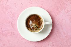 Tasse de caf? avec la mousse ?cumeuse sur le fond de couleur, espace pour le texte et vue sup?rieure photo libre de droits