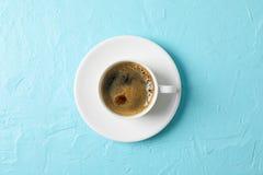 Tasse de caf? avec la mousse sur le fond de couleur, espace pour le texte et vue sup?rieure image stock