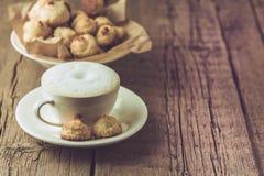 Tasse de caf? et de biscuits faits maison de noix de coco sur le dessert savoureux de noix de coco du vieil de fond espace horizo images libres de droits