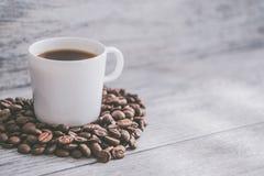Tasse de caf? et de grains de caf? chauds photos stock