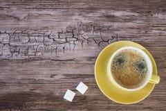 Tasse de caf? noir dans la tasse jaune, sur le fond en bois L'espace pour le texte photo stock