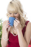 Tasse de café potable de jeune femme Photos libres de droits