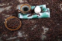 Tasse de café sur une serviette de plat Photos stock