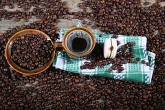 Tasse de café sur une serviette de plat Photo libre de droits