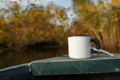 Tasse de camping sur le bateau photos stock