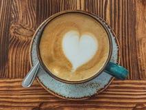 Tasse de cappuccino avec l'art de latte sur un fond en bois brun Mousse élégante, rétro tasse de café dans un café, copie photographie stock