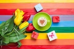 Tasse de cappuccino avec la forme de coeur et bouquet des tulipes Photo libre de droits