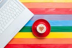 Tasse de cappuccino avec la forme et l'ordinateur de coeur Images libres de droits