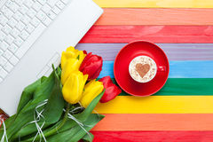 Tasse de cappuccino avec la forme et l'ordinateur de coeur Photographie stock