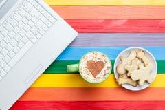 Tasse de cappuccino avec la forme et l'ordinateur de coeur Photo libre de droits