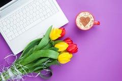Tasse de cappuccino avec la forme et l'ordinateur de coeur Photo stock