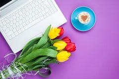 Tasse de cappuccino avec la forme et l'ordinateur de coeur Image libre de droits