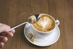 Tasse de cappuccino avec la mousse de lait dans la forme de coeur Photos stock