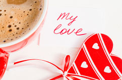 Tasse de cappuccino avec le coeur et les notes en bois mon amour Images stock