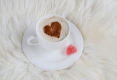 Tasse de cappuccino avec le modèle de coeur de la cannelle Image stock