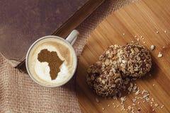 Tasse de cappuccino avec une photo de l'Afrique photographie stock libre de droits