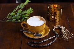 Tasse de cappuccino dans le restaurant arabe photos libres de droits