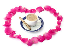 Tasse de cappuccino dans un environnement des pétales des roses, une vie immobile Images libres de droits