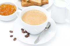 Tasse de cappuccino, de lait, de pain grillé frais et de confiture sur le blanc photos libres de droits