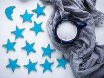 Tasse de cappuccino et de biscuits de fête frais image stock