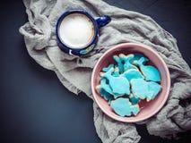 Tasse de cappuccino et de biscuits frais de vacances Images stock