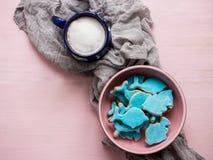 Tasse de cappuccino et de biscuits frais de vacances Photo stock