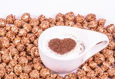 Tasse de cappuccino et de maïs éclaté caramélisé Concept romantique Cappuccino avec le coeur Images libres de droits