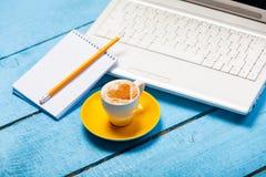 Tasse de cappuccino faisant avec l'amour et l'ordinateur portable Photo stock