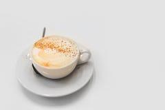 Tasse de cappuccino sur la table blanche Photographie stock