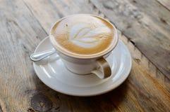 Tasse de cappuccino sur la table en bois brune Photos libres de droits