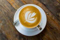 Tasse de cappuccino sur la table en bois brune Images stock