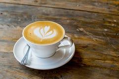 Tasse de cappuccino sur la table en bois brune Image stock