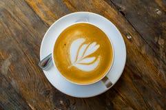 Tasse de cappuccino sur la table en bois brune Photo stock