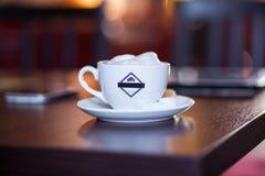 Tasse de cappuccino sur la table en bois Café Image libre de droits