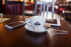 Tasse de cappuccino sur la table en bois Café Images stock