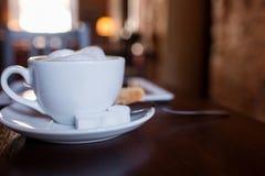 Tasse de cappuccino sur la table en bois Café Photos libres de droits