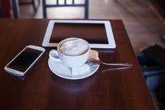 Tasse de cappuccino sur la table en bois Café Photo libre de droits